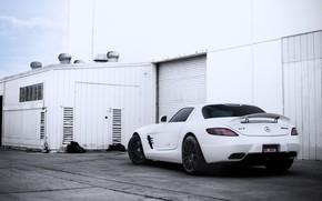 Mercedes Benz, SLS AMG, retrovisor blanco, persianas de construccin, cielo, Mercedes