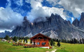 Горы, деревья, трава, облака, дом, зонты, дорога, пейзаж, природа