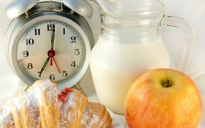 будильник, кувшин, молоко, рогалик, джем, яблоко, завтрак