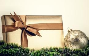 Новый Год, праздники, Рождество, подарок, золотая, коробка, ленточка, бант, лента, шар, елочный, белый, дождик, зеленый, мишура, декорации, Новый год