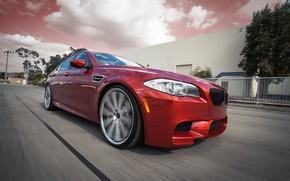 BMW, rosso, berlina sportiva, vista frontale, strada, velocit, BMW