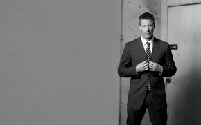 Aaron Eckhart, black-white, wall, striped tie, door, view