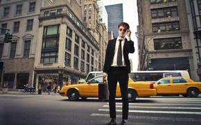 парень, костюм, тёмные очки, чемодан, улица, зебра, машины, люди, мегаполис