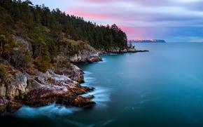 Канада, Британская Колумбия, провинция, пролив, океан, берег, остров, скалы, деревья, лес, город, вдали, огни, вечер, небо, тучи