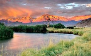 Natur, Gebirge, Die Berge und der Fluss bei Sonnenuntergang