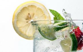 a slice of lemon, Fresh water, lime, strawberry, fraises, fraise, citron, citrons, eau, fruit