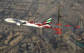 halcn, grande, amplio, Dubai, dosis, Acompaado por, en, aire, longitud, el cielo, para, encima, Fuerzas, militar, pasajero, jet, aeronave, aerolneas, familia, Real, Britnico, avin, aerolneas, pasajero, Avin de lnea