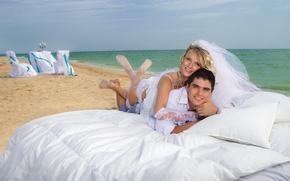 невеста, море, пара, жених, улыбки. фата, парень, постель, подушка, девушка, блондинка, пляж