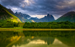 rio lento, montanha alta, Romsdalen, Noruega