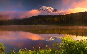 luce surreale dal lago di riflessione - monte Rainier National Park, Longmire, wa