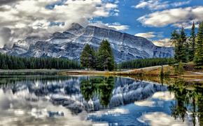 Mount Rundle se refleja muy bien aquí en Two Jack Lake, Antracita, Alberta, Canadá