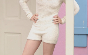 Chloe Moretz, rubio, puerta