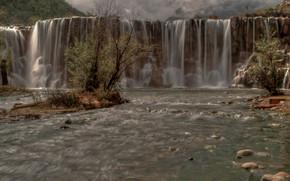 Flowing Mountain Waterfal, Yulong Snow Mountain, Lijiang, Yunnan, Cina