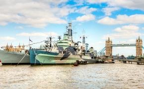 Tower Bridge, The River Thames, London, England, karabli