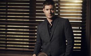 Jensen Ackles, Tende alla veneziana, uomo, tuta, cappello, Supernatural, stagione 9, Supernatural, Dean Winchester, Dean Winchester