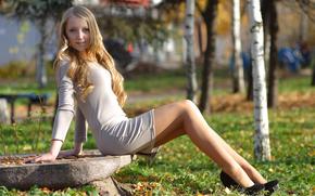 блондинка, природа, платье, туфли, береза, камень, трава, взгляд, парк