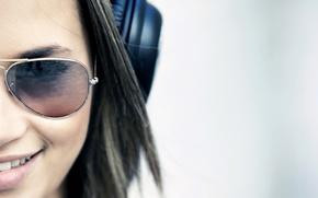 smile, Widescreen, face, Widescreen, fullscreen, brunette, wallpaper, girl, Mood, background, наушники. очки