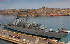 """""""Cumberland"""" (F85), lasciando la banchina Grand Harbour, Malta dopo l'evacuazione degli stranieri, in fuga dalla Libia."""