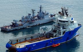 """Italiano Corvette F557 Fenice di Malta, come egli partecipa allo sforzo occidentale nella crisi libica, In primo piano è una fornitura profonda trattamento dell'ancora di alimentazione tug (AHTS) """"leone di mare"""""""
