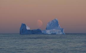 Settore Pacifico dell'Oceano Meridionale, Mare di Ross, Antartide, pallida luna, iceberg, sera
