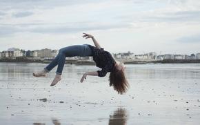 città, levitazione, ragazza, spiaggia