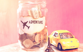 банка, надпись, эйфелева башня, самолёт, машинка, банкнота, монеты