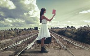 рельсы, железная дорога, девушка, чемодан, путеводитель