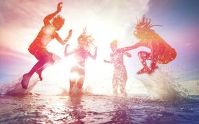 Настроение, пена, прыжок, люди, небо, каникулы, солнце, загар, радость, пляж, июль, курорт, океан, ныряние, июнь, свет, лето, веселье, друзья, август, море, девушки, крики, общение, купание, отдых, прыжки, парни, жара, вода
