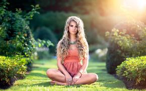 лето, трава, девушка, взгляд, солнечный свет, платье, кудри, портрет, красавица, красота