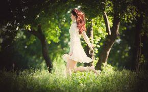размытие, природа, зелень, рыжая, деревья, платье, настроения, прогулка, полноэкранные, девушка, дерево, женщина, бег, фон, обои, широкоэкранные, широкоформатные, трава
