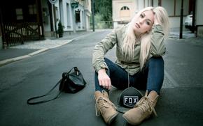 city, street, asphalt., blonde, girl, handbag, jeans, green-, baseball