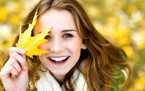 радость, позитив, желтый, листик, размытие, смех, девочка, листочек, фон, осень, улыбка, женщина, широкоэкранные, широкоформатные, листья, девушка, настроения, обои, полноэкранные