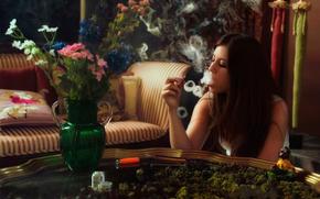 курит, стол, дым, девушка, конопля, цветы, косяк, кольца, гашишь, ваза