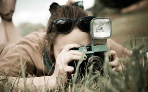 обои, очки, зелень, съемка, настроения, широкоформатные, широкоэкранные, фотоаппарат, брюнетка, камера, природа, полноэкранные, девушка, фон, трава