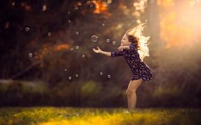 девочка, платье, солнечный свет, мыльные пузыри