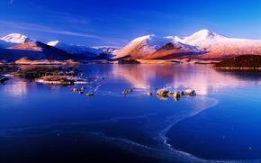 Colline, piccolo fiume, paesaggio