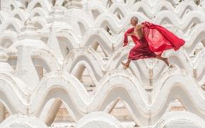 Mya Thein Tan Pagoda, Hsinbyume Pagoda, Mingun, Myanmar, Пагода Синбьюме-Пайя, Мингун, Мьянма, мальчик, бег