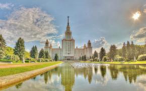 Rusia, Moscú, Universidad Estatal de Moscú, universidad, verano, cielo, nubes, agua, estanque, hierba, árboles, personas