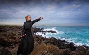 девочка, платье, подзорная труба, море, камни, побережье, ожидание