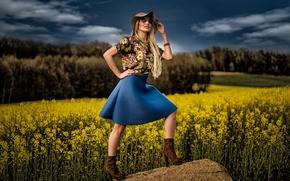 девушка, модель, шляпа, юбка, очки, поле, рапс, камень