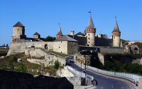 Kamenetz-Podolsk, Ucrania, cielo, colina, castillo, torre, carretera, puente, tractor, personas, árboles