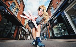 девушка, поза, жест, кудри, очки, кроссовки, улица, дорога, настроение
