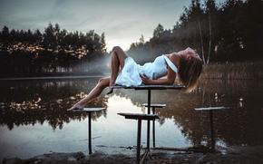ragazza, posa, piedi, tavolo, sul tavolo, lago, mattinata, stato d'animo