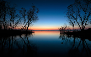 lac, coucher du soleil, silhouettes d'arbres, paysage