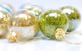 новый год, шарики, елочные, стекло, дождик, желтый, зеленый, блеск, белый фон, праздник