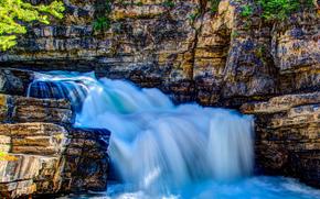 Piccola cascata lungo Johnston Creek, Parco Nazionale di Banff, Alberta, Canada
