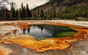 Estanque de agua colorida en Yellowstone, Parque Nacional de Yellowstone, paisaje