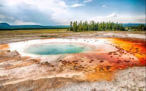 Colorato Acqua Stagno a Yellowstone, Parco nazionale di Yellowstone, paesaggio