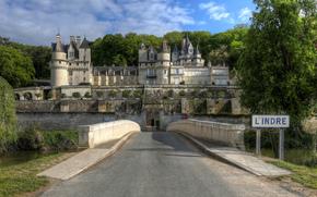 Francia, La fortezza sul bordo della foresta di Chinon, che domina la valle del Indre